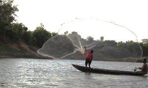 pécheur au filet sur le fleuve (FILEminimizer)